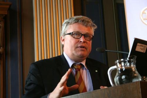 Belgialainen hallintotieteilijä Geert Bouckaert kritisoi kollegoitaan siitä, että tutkimukset eivät vastaa yhteiskunnan tarpeisiin. Kuva: Harriet Öster