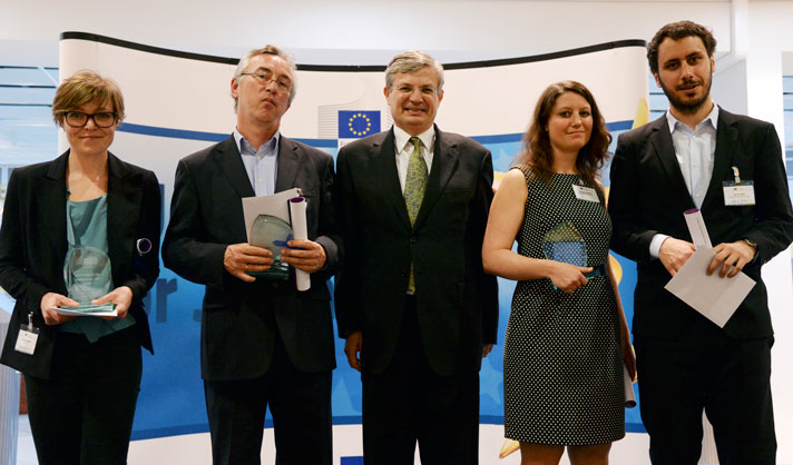 Palkitut ja terveyskomissaari poseeraavat Brysselissä. Vasemmalta Mette Dahlgaard, Henk Blanken, terveyskomissaari Tonio Borg, Christiane Hawranek ja Marco Maurer. Kuva: EU:n audiovisuaaliset palvelut