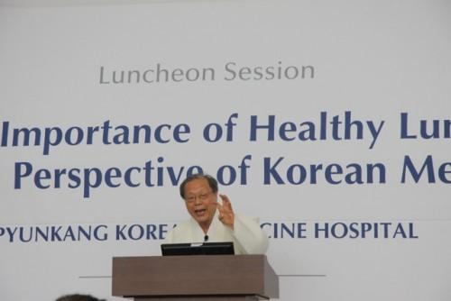 Pyunkangin korelaisen lääketieteen sairaalan professori Hyo-Seok Seo luennoi pysäyttämättömällä tarmolla omasta missiostaan, terveiden keuhkojen merkityksestä. Seon sydämenasia oli saada potilaat siirtymään omien luontaislääkkeidensä pariin.