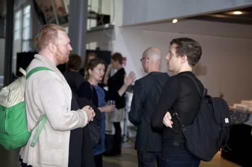 Kongressin alkuosan puhujat, Sami Kallinen (vas.), Juho Ruotsalainen sekä selin kuvassa Eeva Pitkälän kanssa keskusteleva Jussi Valtonen herättivät todella yleisönsä. Millainen on tiedetoimittajien tulevaisuus?