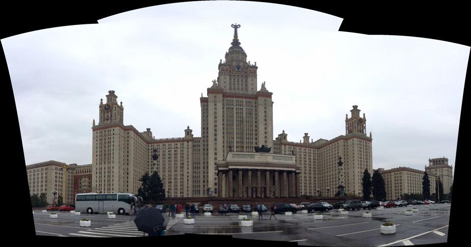 Vuonna 1953 valmistunut Stalinin mahtipontista tyyliä edustava, Lev Rudnevin suunnittelema Moskovan valtionyliopiston päärakennus on 240 metriä korkea ja siinä on 36 kerrosta. Rakennus oli valmistuessaan maailman korkein rakennus New Yorkin ulkopuolella. Yliopiston uusi kampus sijaitsee Moskovan lounaispuolella niin sanotuilla Kyyhkyskukkuloilla. Kuva: Jari Mäkinen
