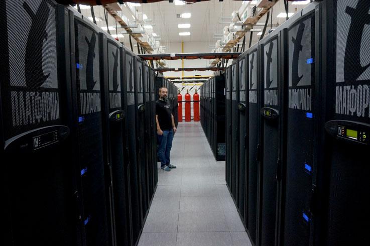 Lomonosov ei häpeile lainkaan ns. läntisten supertietokoneiden rinnalla. Tutkijat ympäri Venäjänmaan pääsevät käyttämään konetta etänä verkkoyhteyden kautta, joskin kantaverkko on hieman rajoittunut. Koneen käyttöjärjestelmänä on Linux. Kuva: Jari Mäkinen