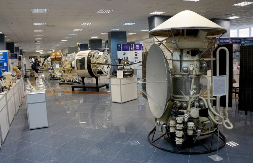 Venäjän avaruustutkimusinstituutin, kuuluisan IKI:n museossa on koko joukko oikeita, mutta avaruuteen lähettämättömiä satelliitteja sekä luotaimia, paljon mallikappaleita laitteista, joita instituutissa on suunniteltu sekä rakennettu, ja suuri määrä postereita. Vaikka nyt toiminta on hyvin vähäistä, on IKI:n historia vertaansa vailla – monet muita planeettoja ja Kuuta tutkineet, aikanaan ennätyksiä tehneet avaruusalukset ovat täältä kotoisin. Kuva: Jari Mäkinen