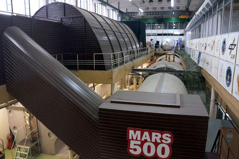 """Jos vajaa viikko vedessä tuntuu ahdistavalta, entä sitten 520 vuorokautta kuvassa näkyvässä suljetussa tilassa? Kuusi koehenkilöä matki täysimittaista matkaa Marsiin Mars500-avaruusalussimulaattorissa kolme vuotta sitten. """"Avaruuslento"""" oli muilta osin autenttinen, paitsi että painottomuutta ei metallisäiliöiden sisälle saatu aikaiseksi. Kuva: Jari Mäkinen"""