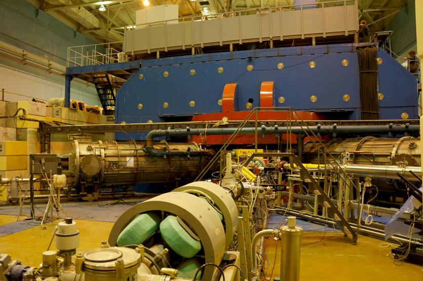 Kuuluisin Dubnan tutkimustyö on tehty täällä: tällä koneella on tehty ja löydetty uusia, erittäin raskaita alkuaineita, kuten esimerkiksi kemialliselta järjestysluvultaan 105 oleva dubnium (Db). Se löydettiin vuonna 1968. Kuva: Jari Mäkinen