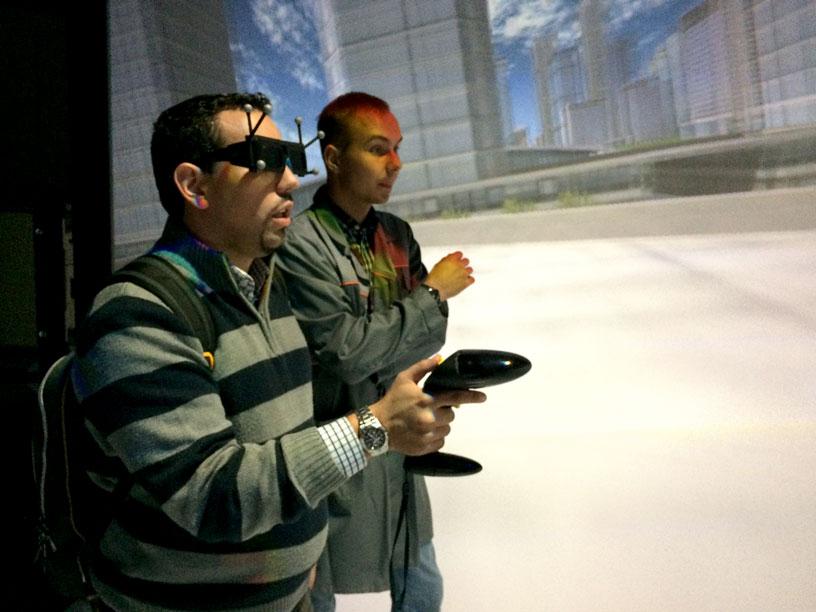 Stereolasien avulla 3D-laatikossa pääsi käymään esimerkiksi avaruusaseman ulkopuolella tai seikkailemaan virtiuaalisessa kaupungissa. Näissä ei ollut sinällään mitään ihmeellistä, mutta sen sijaan laitteella tehtävä paniikki- ja ahdistustutkimus oli: käyttäjä vietiin esimerkiksi labyrinttiin ja siellä virtuaalimaailmaan lisättiin ahdistavia ääniä. Kun hänen reaktioitaan seurattiin, pystyttiin näkemään miten hätääntyminen tapahtui ja millaiset seikat siihen liittyivät. Kuva: Jari Mäkinen