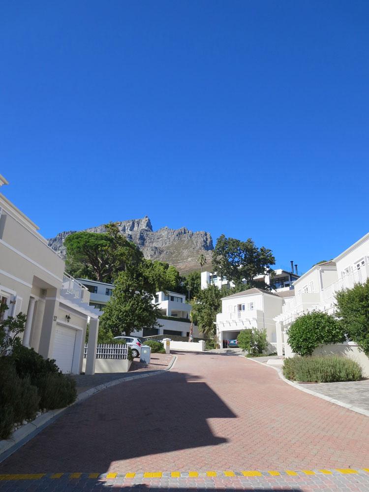 Huviloita eräällä Kapkaupungin aidatuista asuinalueista. Kuva: Annu Kekäläinen