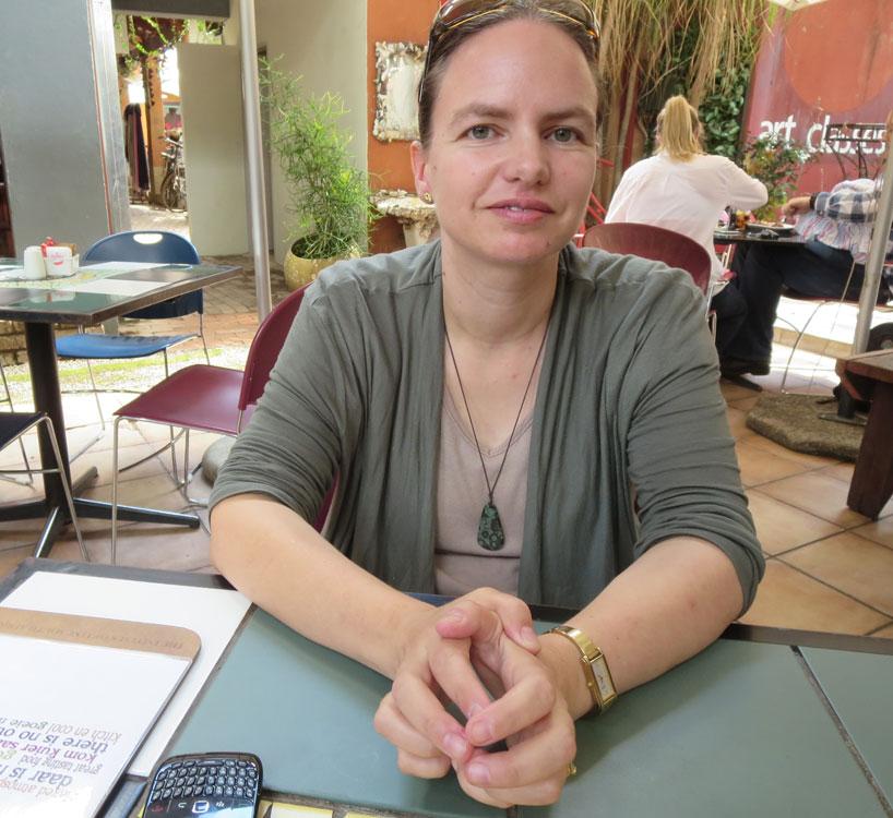 Pretorian yliopiston kaupunkitutkija Karina Landman on tutkinut pitkään aidattuja asuinalueita. Kuva: Annu Kekäläinen