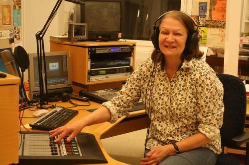 Sisko Loikkanen työnsä ääressä. Kuva: Harriet Öster.