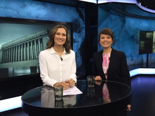 SVT:n Suomen eduskuntavaalien 2015 studiossa, jossa lähetys hoidettiin kahden naisen voimin. Toimittajana Elna Nykänen. Kuva: Anu Tolonen