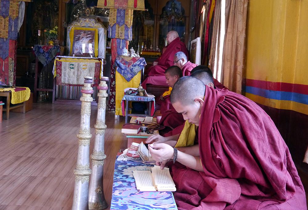 Tiibetinbuddhalaisia munkkeja Pokharassa.