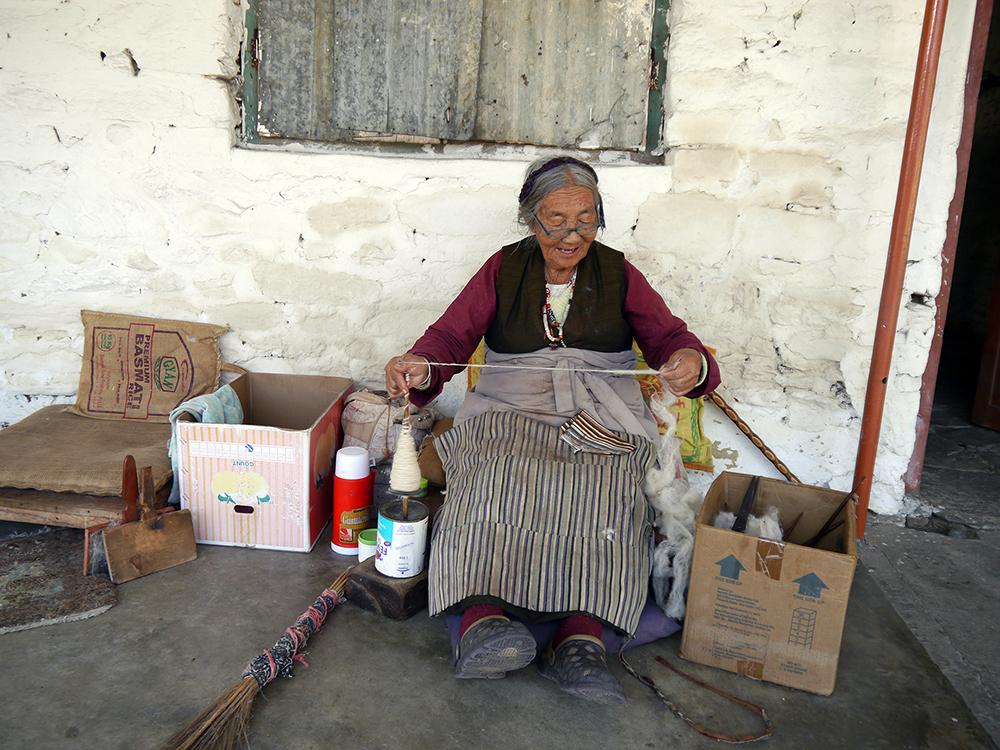 Tiibetin pakolaisten pysyvästä pakolaisleiristä Pokharasta. Tiibetiläiset valmistavat vaatteita, mattoja ja kuvataiteita. Jännittävää asiassa on tietenkin se, kuinka toinen köyhä maa ottaa vastaan runsaasti pakolaisia vielä köyhemmästä maasta.