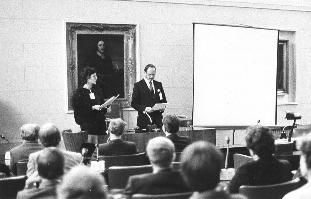 Suomen tiedetoimittat ry:n avausjuhla pidettiin Helsingin yliopiston suuren konsistorin salissa 7. lokakuuta 1985. Kateederilla puhumassa varapuheenjohtaja Marjaleena Lampela ja puheenjohtaja Paul Fogelberg. Kuva: Ilkka Perälä