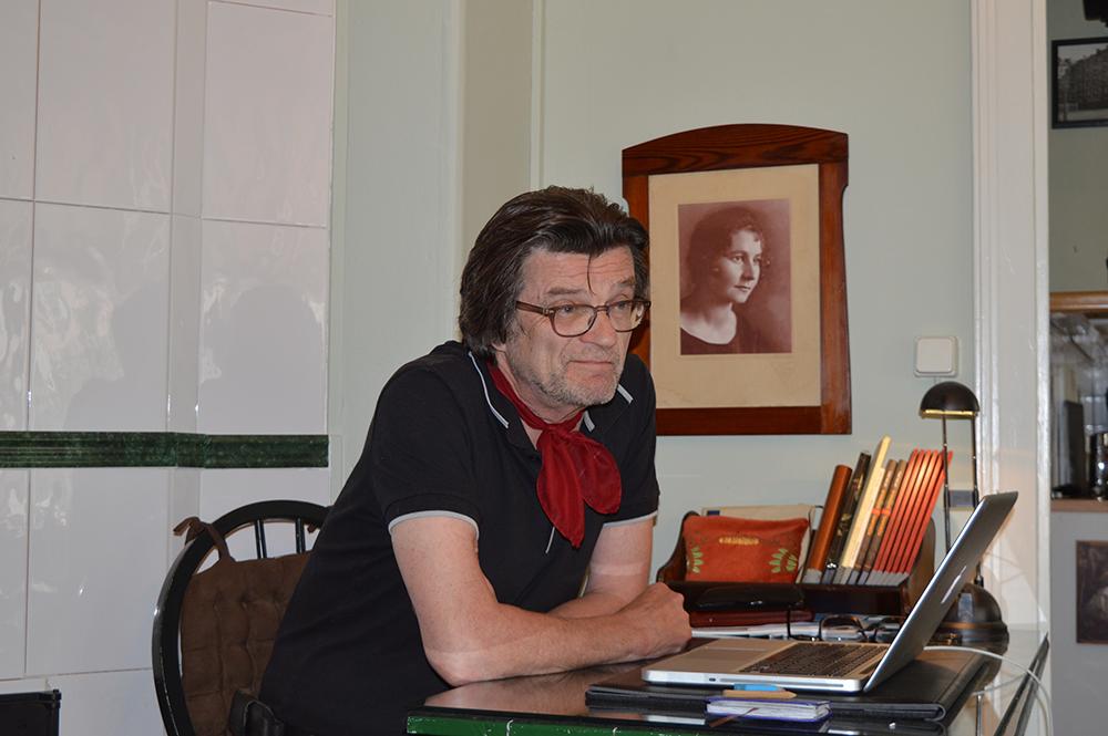 Korkeakoulutiedottajien verkoston puheenjohtajana 1980-luvulla toiminut Timo Malmi johti tiedottajat mukaan perustamaan tiedetoimittajien yhteistä yhdistystä. Kuvassa hän on työhuoneessaan syyskuussa 2015. Kuva: Vesa Niinikangas