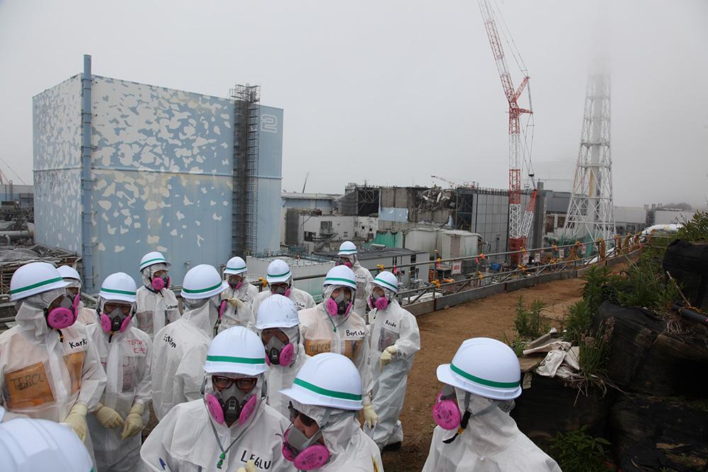 Fukushiman ydinvoimalaonnettomuuden jälkisiivoukseen kävi tutustumassa kesällä joukko tiedetoimittajia, mukana myös suomalaiset Jukka Lehtinen ja Teuvo Peltoniemi. Kuva: Pallava Bagla
