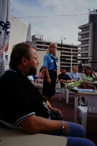 Heurekaan perustajiin kuulunut Hannu I. Miettinen oli valittu organisoimaan Cernin tiedotustoimintaa ja yhteiskuntasuhteita. Ensimmäisinä töinään hän järjesti tieteen päivän Sevillan maailmannäyttelyyn vuonna 1992, ja Miettinen houkutteli tiedetoimittajia osallistumaan siihen. Lennot ja majoitus hankittiin pakettimatkana, ja majoituspaikkana oli suomalaisten suosima Torremolinos. Sieltä tehtiin kahden päivän retki Sevillaan sekä päiväretket Granadaan ja Gibraltarille. Matka alkoi toimittaja ja historiantutkija Juha Pekka Helmisen opastuksella Espanjan historiaan ja nykypäivään. Istunnot pidettiin hotellin uima-altaan reunalla. Kuvan etualalla istuu Helsingin yliopiston tiedotuspäällikkö Rauno Velling kuuntelemassa matkatoimiston esittelyä.<br />Kuva: Vesa Niinikangas