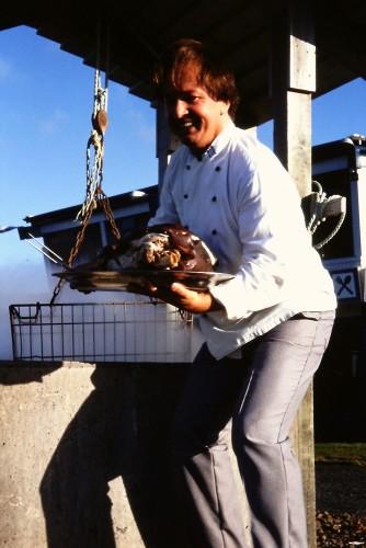 Tiede 2000 -lehden toimittaja ja Islantia hyvin tunteva geologi Jouko Parviainen oli suunnitellut syvällisen ohjelman Islannin opintomatkalle vuonna 1994. Majoitus oli järjestetty koulun voimistelusaliin, ja näin säästyneet rahat sijoitettiin ruokailuun. Kirjastonhoitaja Jon Jón Sævar osoittautui huippukokiksi, joka loihti herkulliset illalliset retkien väsyttämille matkailijoille. Ohjelmaan kuului osallistumista valtionpäämiesten kanssa Islannin valtion 50-vuotisjuhlaan sekä tutustumista muun muassa banaaninviljelyyn, geysireihin ja termiseen voimalaitokseen sekä kylpemistä 35-asteisessa Sinisen laguunin mineraalipitoisessa vedessä. Kuva: Vesa Niinikangas