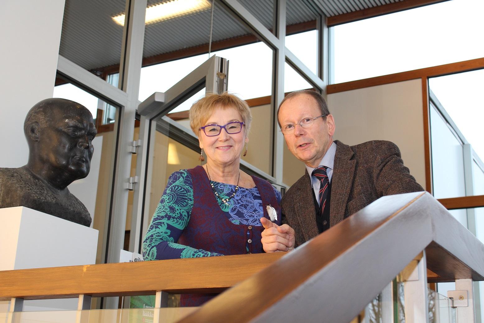 Dosentti Pauliina Aarva ja erikoislääkäri Peter Zimmermann kaipaavat monipuolista ja ennakkoluulotonta tutkimusta CAM-hoidoista. Satunnaistettu kaksoissokkokoe ei ole heidän mukaansa riittävä keino näiden hoitojen tutkimukseen.