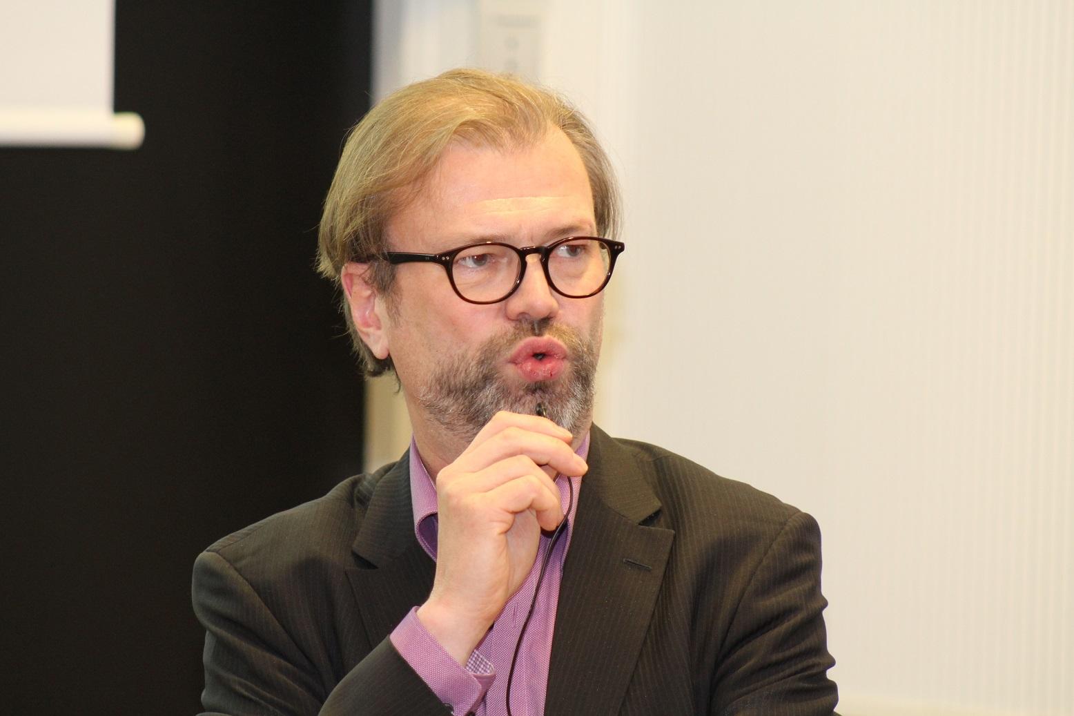 Tutkimusseminaarin puheenjohtaja, Terveystieteiden yksikön johtaja Juha Teperi myönsi, että muuri tunnustetun lääketieteen ja CAM-hoitojen välillä on edelleen varsin paksu. Hän pohti, voisiko tätä muuria madaltaa tutkimuksen avulla.