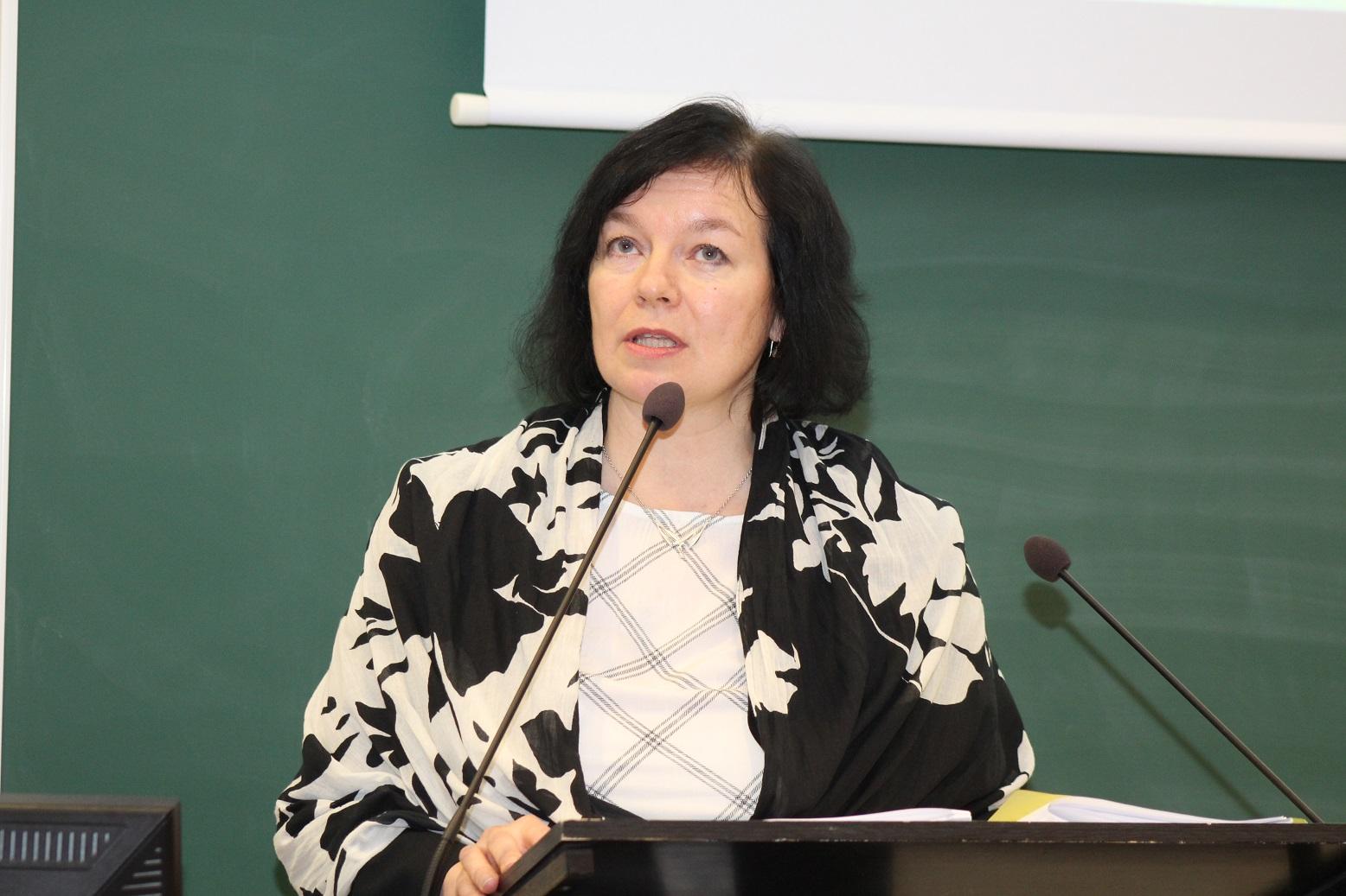 """Tohtoriopiskelija Minna Sorsa esitti, että monimutkaisen maailman tarkasteluun tarvitaan """"uusia linssejä ja katsomisen tapoja"""". CAM-hoitoja tulisi hänen mukaansa tutkia erityisesti asiakasnäkökulmasta."""