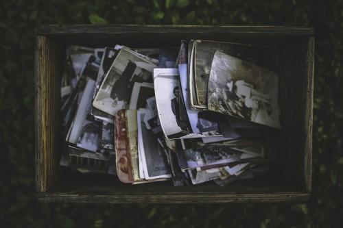 Kaikenlaista sälää muistojen arkussa. (Pixabay.com / Creative Commons CC0.)