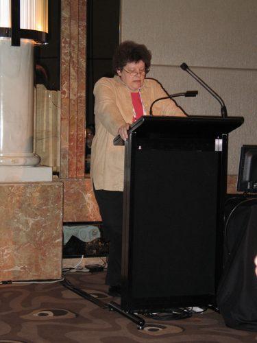 Tekniikan toimittajien yhdistys Presstek liittyi puheenjohtajansa Harriet Österin johdolla Suomen tiedetoimittajain liittoon vuonna 1989, ja Öster edusti Presstekiä liiton hallituksessa vuosina 1989-1992. Kuvassa Harriet Öster on puhumassa ydinvoimaa koskevaa lehdistökirjoittelua käsitelleessä paneelissa tiedetoimittajien maailmankonferenssissa Melbournessa vuonna 2007. Kuva: Vesa Niinikangas