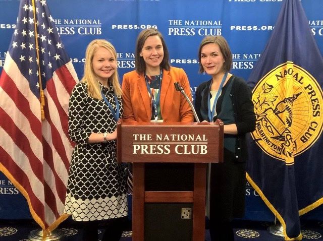 Anna Grönholm, Iina Koskinen ja Aura Kivilaakso legendaarisella pressiklubilla (The National Press Club, Washinton DC).