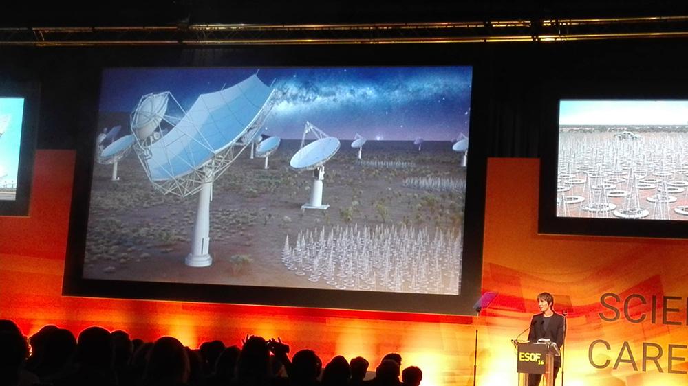 ESOFin avajaisten juontajana toimi alan mies, Manchesterin yliopiston hiukkasfysiikan professori Brian Cox, joka on myös Britannian tunnetuimpia tiedevalistajia BBC tiededokumenttien tekijänä.  Tässä on menossa videokonferenssiyhteys Etelä-Afrikkaan ja Australiaan aiheena  SKA eli Square Kilometre Array radioteleskooppi. Kuva: Teuvo Peltoniemi