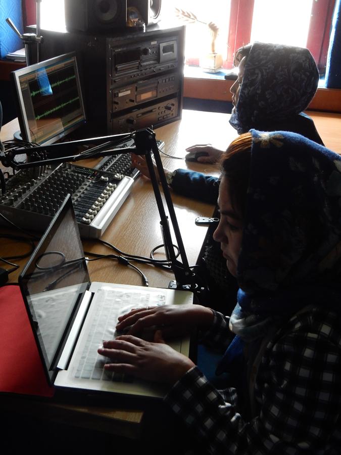 Radio Bamyanissa työskentelee useita naisia osa-aikaisesti editoimassa, toimittamassa ja juontamassa ohjelmia.