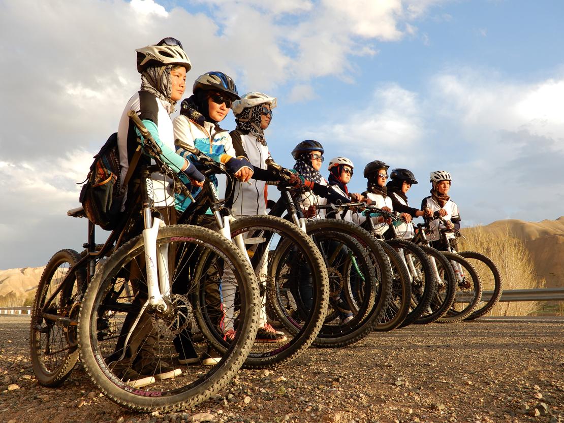 Bamiyanin pyöräilevät nuoret naiset tekevät irtiottoa perinteisestä naisen roolista.