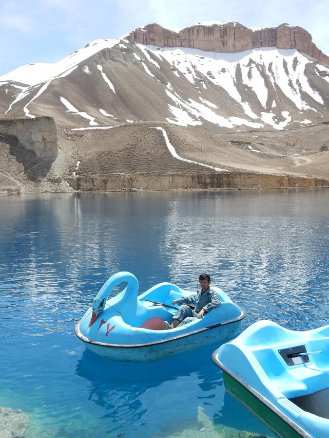 Maan ensimmäinen luonnonsuojelualue, Band-e-Amir, tunnetaan kuudesta kristallinkirkkaasta vuoristojärvestä. Länsimaalaisilla ei alueelle ole asiaa ilman maakunnan poliisipäällikön suojelua. Yksi vartijoista lähti aseensa kanssa pienelle polkuveneretkelle.