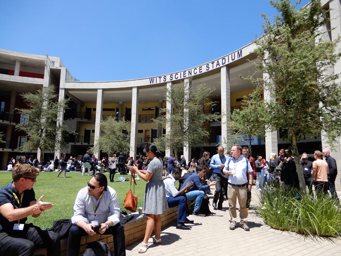Wits-yliopiston Science stadium tarjosi hienot raamit konferenssivieraiden verkostoitumiselle.