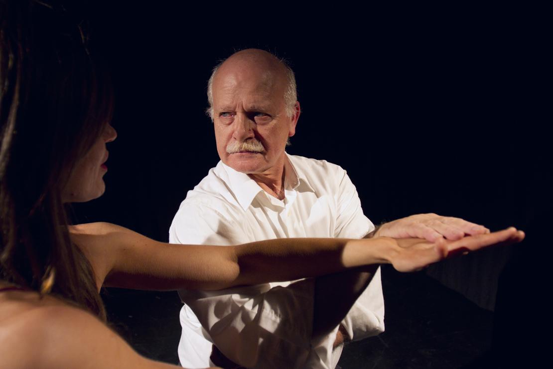 Tutkimuksissa on havaittu tanssijoiden välisen yhteistyön aikana tapahtuva matalataajuisten aivoaaltojen synkronisoituminen. Ihmiset liikkuvat kuin yhdestä puusta.