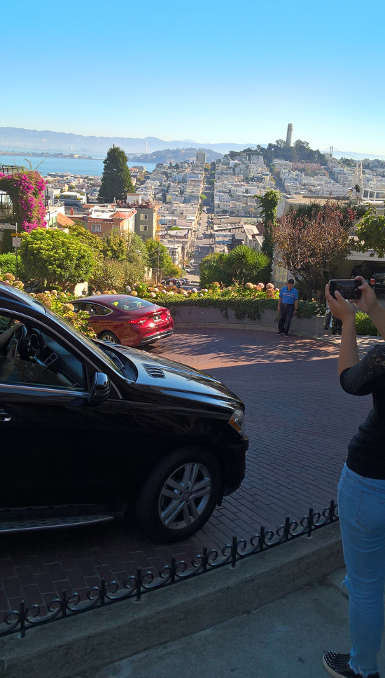 Konferenssin lomassa ehti tutustua myös San Franciscon kukkulaiseen keskustaan. Lombard Street on ahkerassa käytössä.