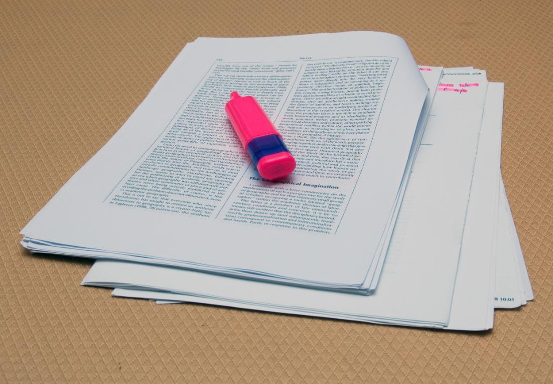 Kuvassa papereita ja kynä, kuva Shutterstock