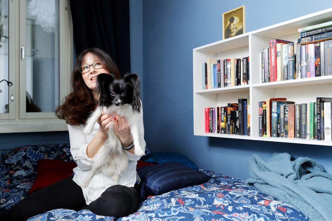 Vuoden 2018 tiedetoimittaja, freelancer Arja-Leena Paavola asuu Helsingissä Haagassa tyttärensä ja koiransa kanssa. Papillon-rotuinen Fiia huolehtii kotona töitä tekevän emäntänsä säännöllisestä lenkittämisestä.  Kuva: Mikko Käkelä.