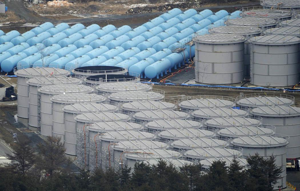 Talonkokoisia radioaktiivisen veden säiliöitä Fukushiman voimala-alueella. Kuva TEPCO.