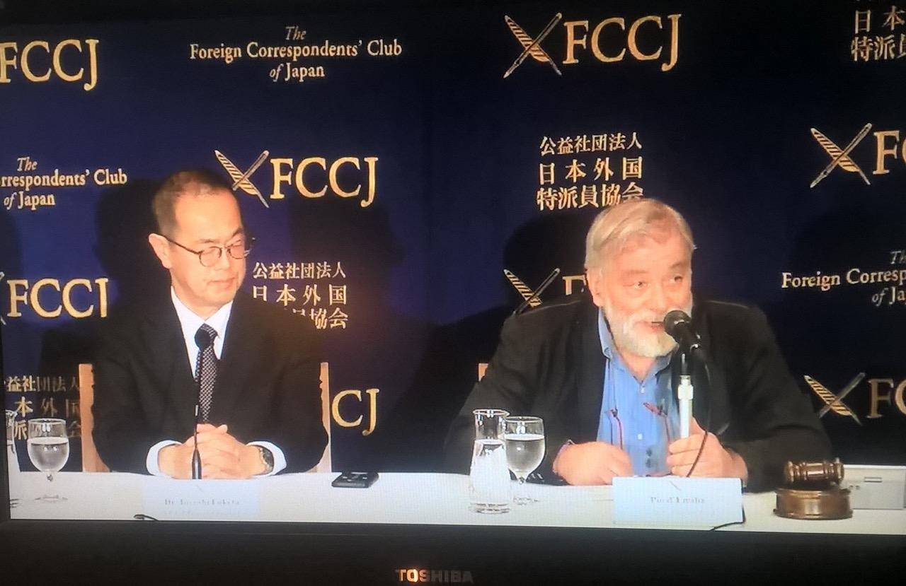 Japanin hallituksen asettaman valvontaelimen NRA:n puheenjohtaja Toyoshi Fuketa (vas.) sanoi Tokiossa lehdistötilaisuudessa 29. maaliskuuta 2018 että voimalan purkamisen kokonais¬kestoa on vaikea arvioida ja että homma jatkuu vielä useita vuosikymmeniä. Kuva: Tapani Jussila
