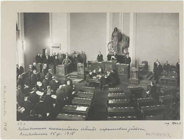Tynkäeduskunta kokoontui Heimolan talossa 15. toukokuuta 1918. von der Goltz seisoo sotilaspuvussaan käsi lanteilla oikeistoa edustavien kansaedustajien edessä. Svinhufvud seisoo tyhjillään olevien vasemmiston penkkien edessä. (Kuva: Gunnar Lönnqvist / Museovirasto - Musketti)