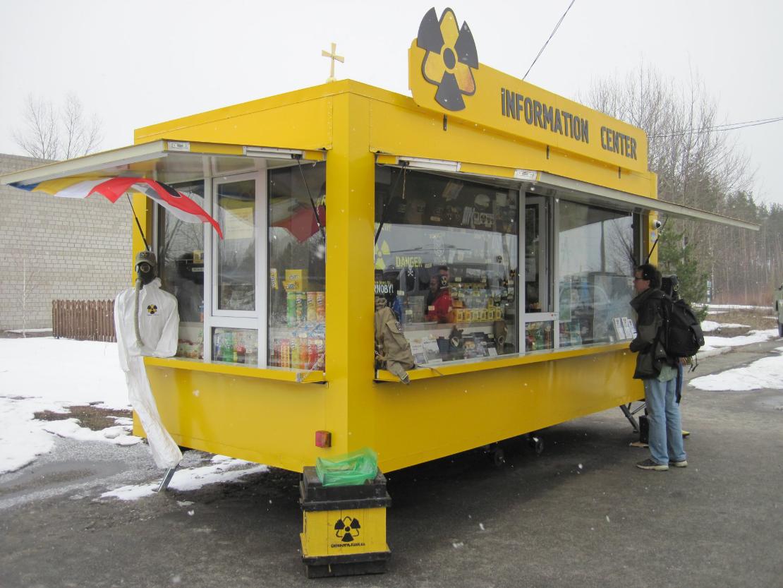 >Suoja-alueen rajalla on tarkastuspisteen lisäksi turistikrääsän myyntikioski.