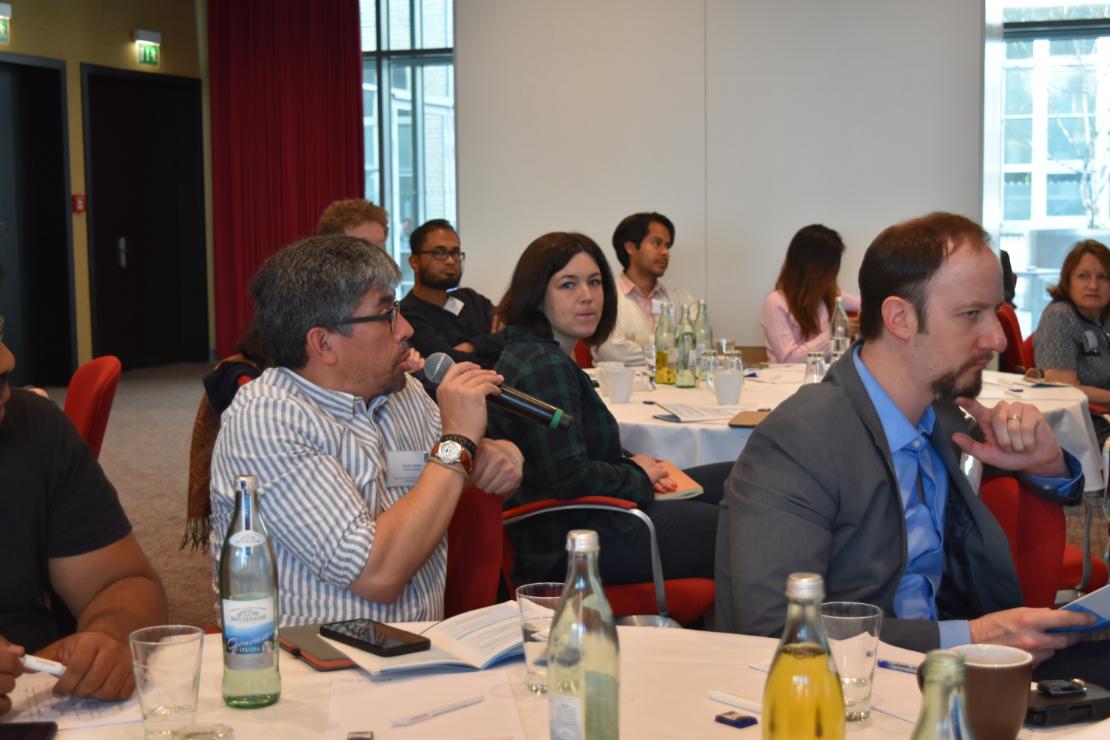 Meksikolainen Emilio Godoy toimii Inter Press Servicen kirjeenvaihtajana (vas.) ja yhdysvaltalainen Justin Gerdes Greentech Mediassa. He tulivat keskustelemaan Berliiniin siitä, miten energiamurros ja talousjournalismi sovitetaan yhteen.