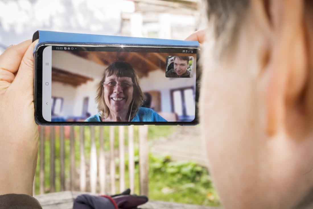 Kuvassa Amanda Feldon videoyhteyden päässä kännykän ruudulla keskustelemassa Helena Telkänrannan kanssa.