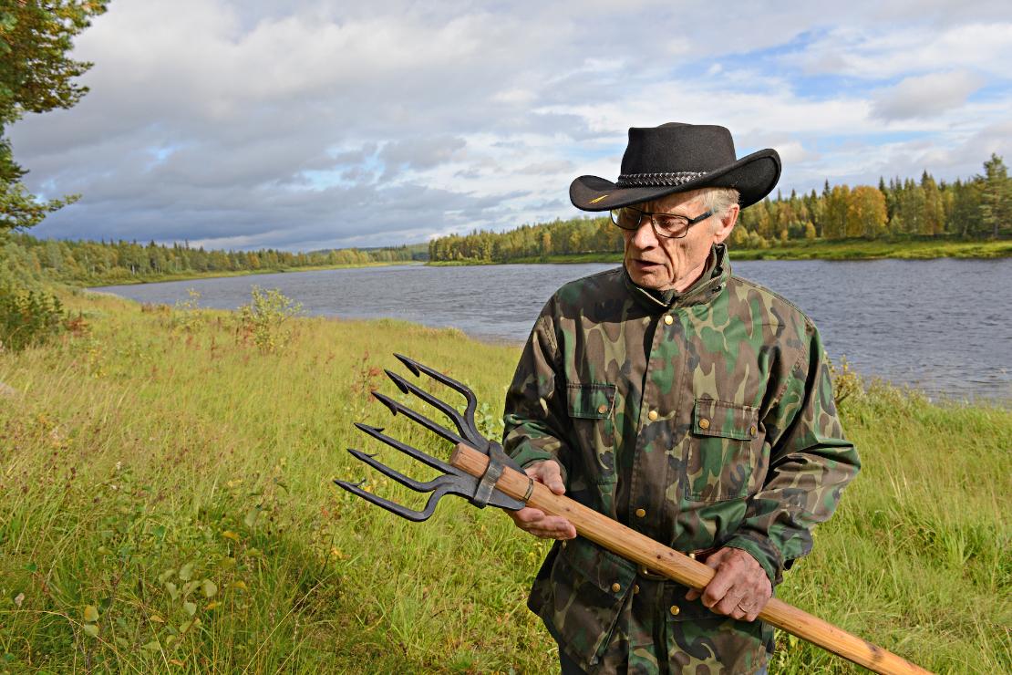 Tuomo Kilpimaa kertoi pyydystäneensä veljensä Aimon kanssa lohta koko varhaislapsuuden. Päivällä he soutivat ja iskivät lohta atraimella (kädessä) ja yöllä näkivät unta kokemattomsita apajista. Lohi meni veriin, kuten jokivarressa sanotaan.